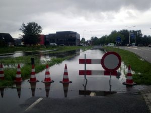 Zo zag de fietstunnel bij Lichtenvoorde eruit tijdens de wateroverlast van 2010.