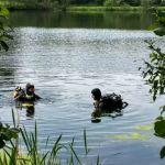 Duikers vlak voor ze onder duiken
